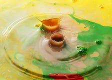 De abstracte kleur kleurt melkdalingen met pigment Stock Foto