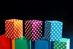 De abstracte kleurrijke dozen van het stippenpatroon op groene oranje blauwe blokken Naadloze zwarte ontwerp geometrische voorwer Stock Afbeeldingen