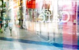 De abstracte kleurrijke en pastelkleurmensen lopen bij voor van de koffiewinkel en tekst koffietik in rug van spiegel, zachte en  Royalty-vrije Stock Afbeeldingen