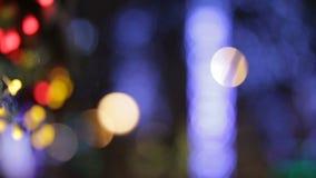 De abstracte Nieuwjaar en Kerstmis onscherpe achtergrond van de straatdecoratie stock videobeelden