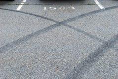 De abstracte tekens van de autosteunbalk op concreet asfalt Royalty-vrije Stock Afbeelding
