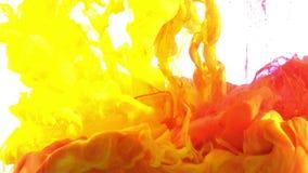 De abstracte uitstekende kleurrijke verf spreidt in water achtergrondtextuur uit stock footage