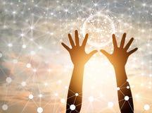 De abstracte wetenschap, omcirkelt globale netwerkverbinding in handen royalty-vrije stock afbeeldingen