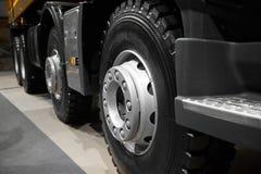 De de abstracte wielen en banden van de kippersvrachtwagen met blured achtergrond De rand van het vrachtwagenwiel Het tentoongest stock afbeeldingen