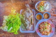 De abstracte zachte vage en zachte nadruk van kruidige komkommersalade, geroosterde vissen, mengde groente, varkensvleesschil en  Stock Afbeeldingen