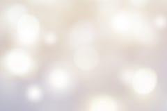 De abstracte zilveren feestelijke achtergrond met defocused natuurlijk Stock Afbeeldingen