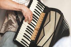 De accordeonist speelt uitstekende harmonika royalty-vrije stock afbeelding