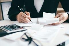 De accountant of de bankier berekent de contant geldrekening royalty-vrije stock foto's