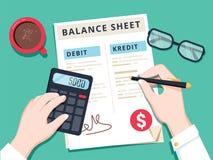 De accountant met rapport en een calculator controleert geldsaldo Financiële verslagen verklaring en documenten Stock Fotografie