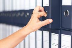 De accountant van onderneemsterbindmiddelen Vrouwelijke het archiveren zaken docum stock fotografie