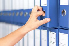 De accountant van onderneemsterbindmiddelen Vrouwelijke het archiveren zaken docum stock afbeeldingen