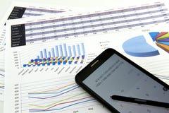 De accountant verifieert de nauwkeurigheid van financiële staten Boekhouding, Boekhoudingsconcept royalty-vrije stock afbeeldingen