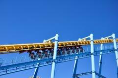 De achtbaan begint op een zonnige dag stock foto