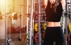 De achter jonge uitrekkende yoga van de vrouwenrek vóór oefeningstraining stock foto's