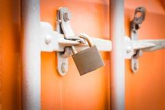 De achterdeur van de vrachtwagen met sleutel wordt gesloten die Royalty-vrije Stock Afbeeldingen