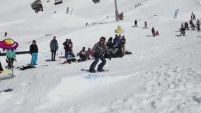 De achterdia van het Snowboardermeisje op ijzersleep Het van brandstof voorzien van de benzinepomp Mensen Extreme sport stock videobeelden
