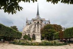 De achtergevel van de kerk van Notre Dame de Paris in een regenachtige dag tegen de donkere hemel Royalty-vrije Stock Afbeelding
