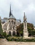 De achtergevel van de kerk van Notre Dame de Paris in een regenachtige dag tegen de donkere hemel Stock Foto