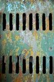 De achtergrond bestaat uit een oud ijzerblad met twee rijen van verticale gaten royalty-vrije stock foto