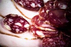 De achtergrond - detail van gesneden salami gekleurd Stock Foto's