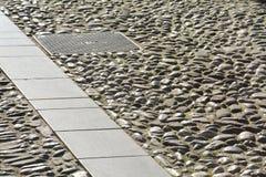 De achtergrond en het kanaal van de steenbestrating Stock Fotografie