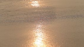 De achtergrond en het zand van watergolven op het strand tijdens zonsondergang, sluiten omhoog Sri Lanka stock video