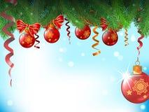 De achtergrond met Kerstmisballen en de bogen hangen een tak RT Stock Afbeeldingen