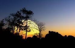 De achtergrond Nam Nao District, Phetchabun-Provincie van het Bigmoonsilhouet in noordelijk Thailand Stock Foto
