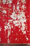 De achtergrond pelde rode scharlaken verf op de muur royalty-vrije stock foto