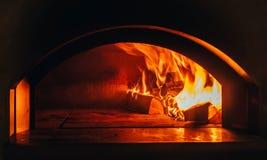 De Achtergrond van de brand E video Brandend brandhout in de open haard Brandhoutbrandwond in het houten branden stock afbeeldingen