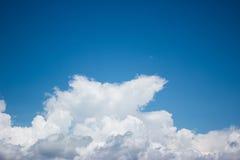 De achtergrond van Cloudscape Blauwe hemel en witte wolk Zonnige dag Stock Fotografie