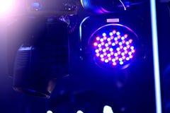 De achtergrond van de clubverlichting Aanstekende bewegende hoofden stock afbeeldingen