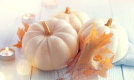 De achtergrond van de dankzegging Vakantiescène Houten die lijst, met pompoenen, de herfstbladeren wordt verfraaid royalty-vrije stock afbeeldingen