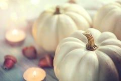De achtergrond van de dankzegging Vakantiescène Houten die lijst, met pompoenen, de herfstbladeren wordt verfraaid royalty-vrije stock foto's