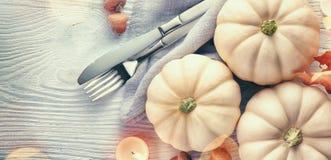 De achtergrond van de dankzegging Vakantiescène Houten die lijst, met pompoenen, de herfstbladeren wordt verfraaid stock afbeeldingen