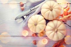 De achtergrond van de dankzegging Vakantiescène Houten die lijst, met pompoenen, de herfstbladeren wordt verfraaid stock afbeelding