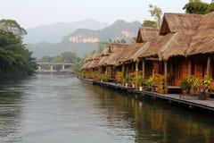 De achtergrond van de aard Dorp op de rivier Royalty-vrije Stock Fotografie