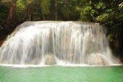 De achtergrond van de aard Waterval in het bos Royalty-vrije Stock Fotografie