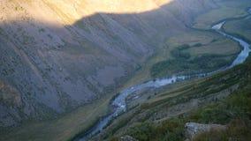 De achtergrond van de aardschoonheid Bergklippen Avontuur wandelingslandschap die de wervelende zomer van de wegvallei openbaren  stock videobeelden