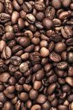 De achtergrond van de close-upfoto met donkere koffiebonen Royalty-vrije Stock Foto