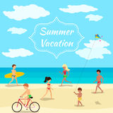 De achtergrond van de de zomervakantie Mensen op strandpartij Stock Foto