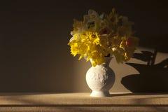 De achtergrond van de gele narcis en van de vaas Royalty-vrije Stock Foto