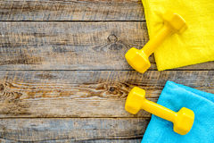 De achtergrond van de geschiktheid Domoren en handdoek op houten hoogste mening als achtergrond copyspace Royalty-vrije Stock Foto