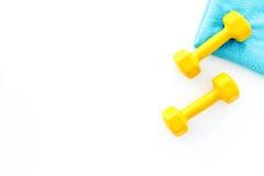 De achtergrond van de geschiktheid Domoren en handdoek op witte hoogste mening als achtergrond copyspace Stock Afbeelding