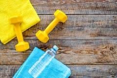 De achtergrond van de geschiktheid Domoren, handdoek en water op houten hoogste mening als achtergrond copyspace Stock Afbeelding