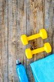De achtergrond van de geschiktheid Domoren, handdoek en water op houten hoogste mening als achtergrond copyspace Stock Afbeeldingen