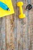 De achtergrond van de geschiktheid Domoren, handdoek en water op houten hoogste mening als achtergrond copyspace Royalty-vrije Stock Foto's