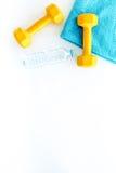 De achtergrond van de geschiktheid Domoren, handdoek en water op witte hoogste mening als achtergrond copyspace Royalty-vrije Stock Afbeelding