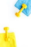 De achtergrond van de geschiktheid Domoren, handdoek en water op witte hoogste mening als achtergrond copyspace Stock Foto's