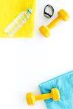 De achtergrond van de geschiktheid Domoren, handdoek en water op witte hoogste mening als achtergrond copyspace Royalty-vrije Stock Fotografie